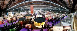 immense salon évènementiel avec stands modulaires
