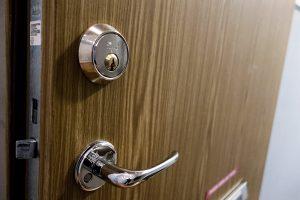 Porte blindée avec surcouche en bois pour meilleure isolation