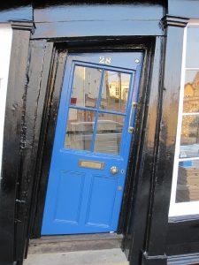 Porte d'entrée en bois originale bleu
