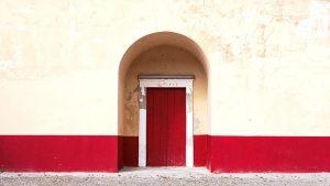 Porte d'entrée en bois rouge