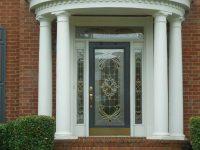 Porte d'entrée luxueuse et design sous un porche