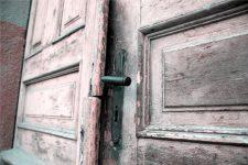 Porte en bois usée par le temps et l'humidité